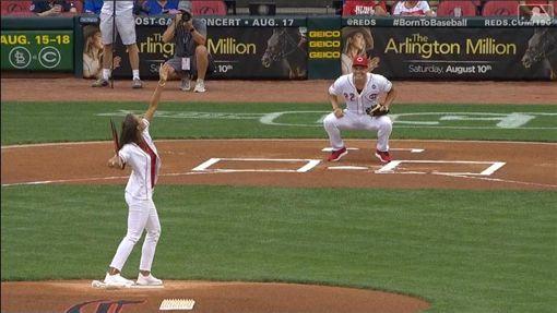 ▲里約奧運女網金牌普伊格(Monica Puig)開球,男友紅人球員迪崔(Derek Dietrich)蹲捕。(圖/翻攝自MLB官網)