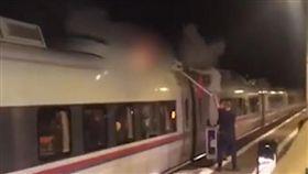 屁孩挑戰火車衝浪!下秒乘客聞烤肉味…驚見他燒成火球身亡(圖/翻攝自mirror)