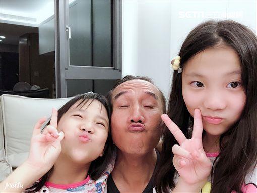 動力火車顏志琳以及兩位女兒慶祝父親節。