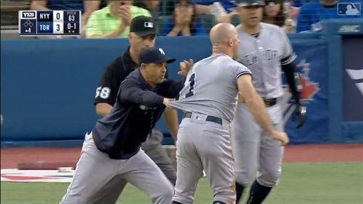 ▲洋基總教練布恩(Aaron Boone)當起人牆,阻止賈納(Brett Gardner)衝向主審。(圖/翻攝自MLB官網)