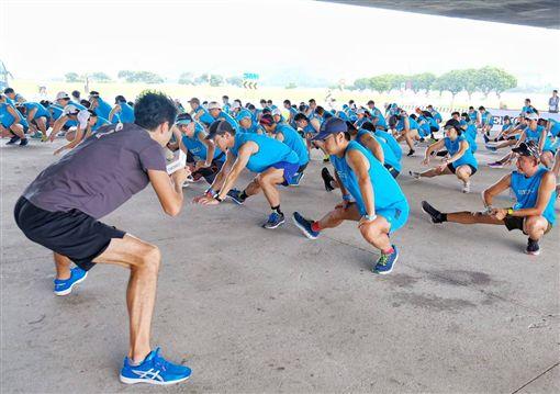 ▲上百名跑者在大直橋下展開訓練課程。(圖/精準訓練營提供)