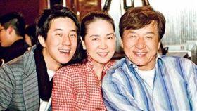 林鳳嬌歷經老公外遇、兒子吸毒,依然是家中兩男人的精神支柱。(圖/翻攝自微博)