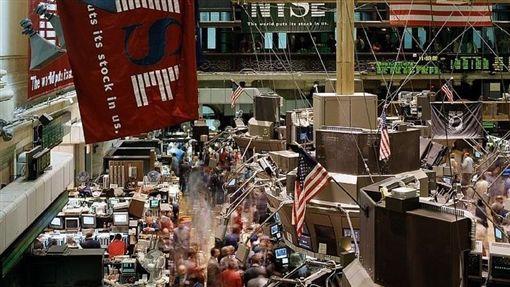 美國總統川普9日暗示美中貿易戰線恐拉長,導致美股收黑,結束上沖下洗的一週。圖為紐約證券交易所大廳。(圖取自Pixabay圖庫)
