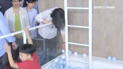 辣台妹當網美!小英、小孩一起「泡」進球池