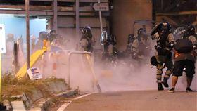 香港示威者大圍堵路 警方快速清場香港大埔遊行結束後,部份示威者轉往大圍。晚間6時30分左右,示威者在美田路與車公廟路口架起路障。防暴警察到場後,快速推進清場,並密集施放催淚彈。中央社記者張謙香港攝 108年8月10日