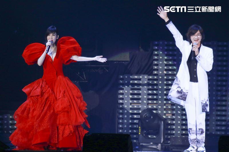 周慧敏「一萬天荒愛未老」出道30周年演唱會,與安可嘉賓林隆璇一同演唱 。(圖/記者林士傑攝影)