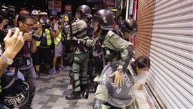 香港反送中示威 港警逮捕白衣女子/美聯社