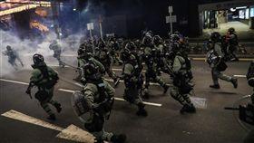 香港反送中大埔遊行 警方驅離大圍站周邊示威者香港「反送中」大埔遊行10日下午登場,活動雖遭警方否決,仍有不少人自發性參與。傍晚有示威者在港鐵大圍站周邊意圖封路,港警晚間出動驅趕示威民眾。中央社記者吳家昇攝 108年8月10日