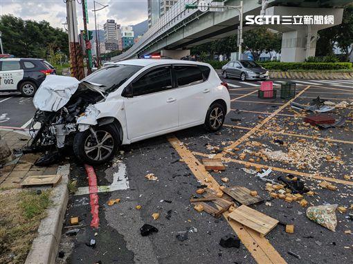 台北市大業路轎車追撞貨車現場,貨車駕駛噴出車外昏迷送醫(翻攝畫面)