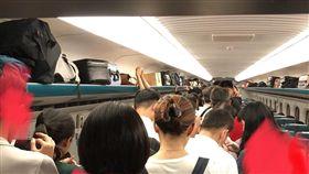 今年父親節的周末遇上利奇馬颱風,因此許多北部民眾都放了3天連假,導致假日返鄉人潮爆滿,台鐵、高鐵站都擠了滿滿人潮。有網友在PTT上表示,她在搭高鐵時遇上幾名年輕男子,明明當時高鐵車廂已經擠滿了乘客,他們還是不顧站務人員的勸阻,硬以「架拐子」的方式推擠門口的乘客上車,導致這名女網友最後因缺氧昏倒在車上。(圖/翻攝自PTT勿直接放內文)