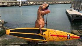 ▲球迷改裝他的恐龍獨木舟。(圖/取自推特)