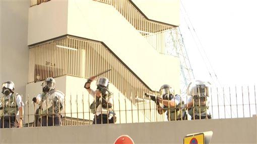 香港深水埗民眾「自由行」 警方射催淚彈驅離(圖/AP影片授權)