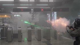 港警在地鐵站內發射催淚彈(圖/Felix Lam @HK.Imaginaire )
