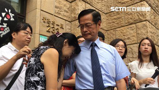 楊絮雲在同為法官的丈夫周盈文的陪同下,首度公開露面痛批遭最高法院職場霸凌。(圖/記者楊佩琪攝)