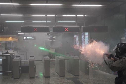 香港,反送中,警民衝突,傷及無辜,葵芳站,催淚彈(圖/facebook.com/HK.Imaginaire,作者Felix Lam)