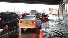 台中市,大雨,積水封閉,加強防洪,豪雨(圖/警方提供)中央社