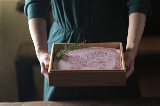 超狂中秋烤肉禮盒!肋眼牛排、松阪豬一網打盡