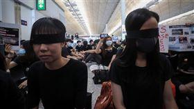 港警射傷女子眼睛 反送中民眾聚集機場(1)香港「反送中」抗爭11日遭警方空前強勢鎮壓,一名示威女子遭射傷右眼,引發黑衫軍強烈憤慨,12日中午1時號召全民罷工,民眾以黑布遮眼,要求「警察還眼」。中央社記者吳家昇攝 108年8月12日