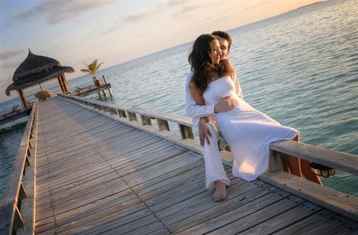 圖1(S)-shutterstock_133808291(Happy loving couple in white clothes posing on a pier on Maldives).jpg