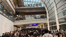 香港機場湧現大批民眾(圖/翻攝自黃之鋒 Joshua Wong臉書)