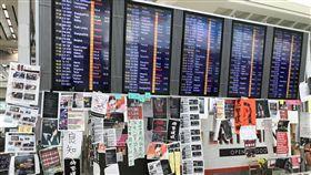 ▲香港機場13日開放後,台灣人入境拍下機場標語,一同為香港人打氣