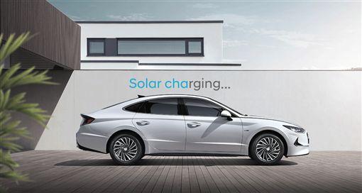 ▲Hyundai Sonata Hybrid加裝太陽能車頂。(圖/翻攝網站)