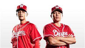 ▲味全龍復刻版球衣,選手林驛騰(左)與總教練葉君璋拍攝宣傳照。(圖/味全龍球團提供)