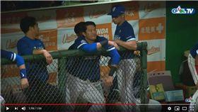 ▲林哲瑄在休息區的拍肩動作引發議論。(圖/翻攝自CPBLTV)