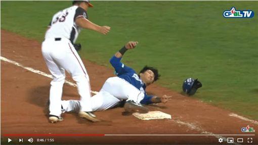 ▲林哲瑄因為隊友收打在一壘被觸殺出局。(圖/翻攝自CPBLTV)