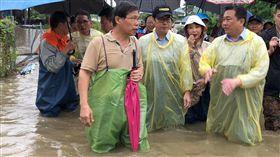 行政院副院長陳其邁13日赴台南仁德勘察校園嚴重淹水的中華醫事科大,了解水患狀況。(圖/翻攝陳其邁臉書)