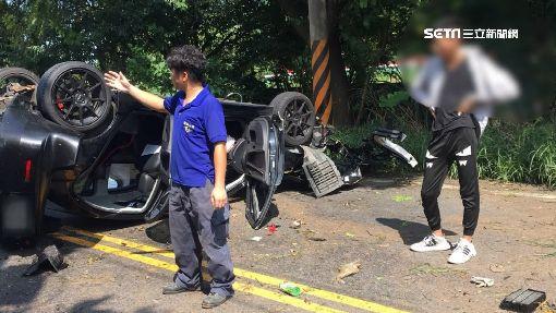 山彎「自撞」駕駛輕傷 車體嚴重毀「零件噴飛」