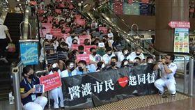 因為不滿警方在11日鎮壓「反送中」示威濫用武力,香港醫護人員13日串連在13間公立醫院分別舉行靜坐集會。(圖取自facebook.com/standnewshk)