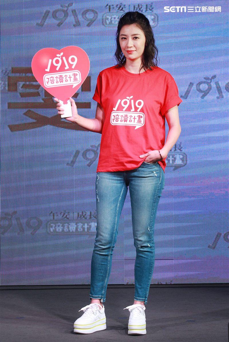 賈靜雯出席「1919陪讀計畫」募款記者會,大女兒梧桐妹長大了也很關心她的學業。(記者邱榮吉/攝影)