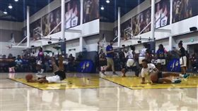 NBA/柯瑞瘋了!女童學員投籃超準 NBA,金州勇士,Stephen Curry,訓練營,女籃,環遊世界,宰羊 翻攝自推特