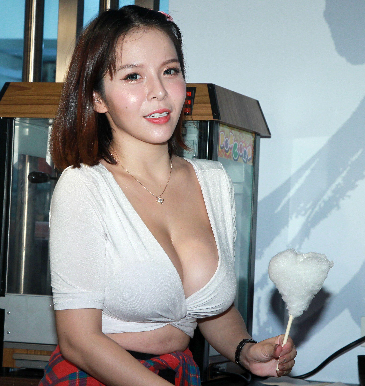 陳香菱「暗黑、兇版李毓芬」及「最性感救護員」之稱,近期推出《泰瘋狂》性感寫真,不但遊走於「極限上空」,甚至還有當地文化「泰國浴」極限上空寫真, 挑戰野外上空、 激凸、 露乳暈等極限大尺度。(記者邱榮吉/攝影)