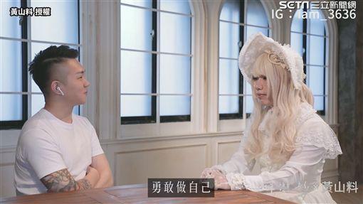 ▲張先生受訪時打扮成美美的「哞哞醬」。(圖/黃山料  授權)