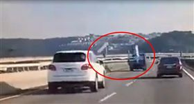 五楊高架橋上,疑似鐵製大型物品散落,砸中後排車輛。(圖/翻攝自爆料公社臉書)
