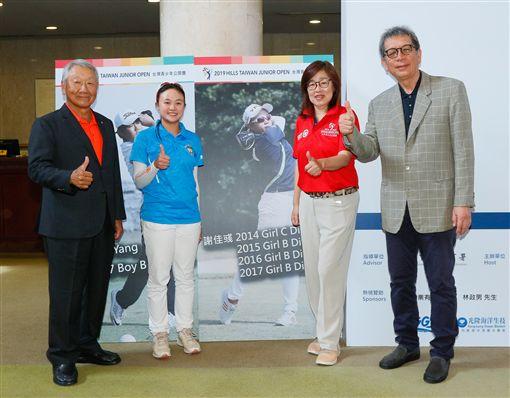 ▲大會會長翁耀堂(右1)張歐誠(左1)及台灣高爾夫推廣發展協會理事杜佳莉預祝謝佳彧打出好成績。(圖/大會提供)
