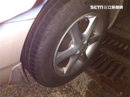 電視名嘴「建銘」陳建名在自家門口對他人車輛潑漆及戳破輪胎,甚至還持鐵棒打傷車主(翻攝畫面)