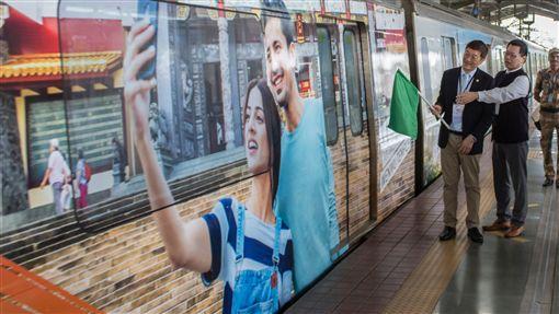寶萊塢螢幕情侶結合台觀光彩繪列車推赴台觀光觀光局首次邀寶萊塢螢幕情侶維雅斯和帕妣赴台拍攝宣傳片,並為台灣觀光彩繪捷運列車代言,列車外觀有維雅斯和帕妣在台旅遊自拍的照片。(觀光局新加坡辦事處提供)中央社記者康世人新德里傳真  108年8月14日