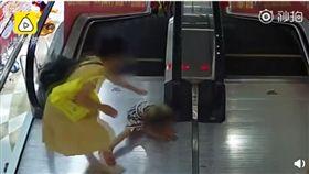 (圖/翻攝自梨視頻)中國,漢川,電扶梯,女童,捲入