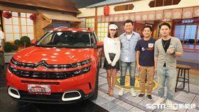 主持人康哥與來賓楊昇達、Andy、Joyce合照。 康哥表示20年前雪鐵龍汽車自動升降功能會引起眾人圍觀。 康哥問昇達最重視SUV哪一項配備?