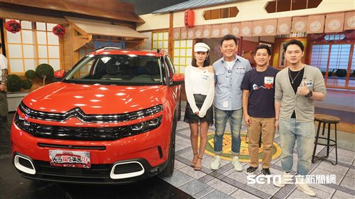 主持人康哥與來賓楊昇達、Andy、Joyce合照。康哥表示20年前雪鐵龍汽車自動升降功能會引起眾人圍觀。康哥問昇達最重視SUV哪一項配備?