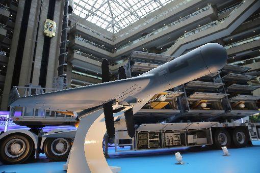 劍翔無人機及發射載具亮相 6年生產104架由中科院研製的「劍翔」反輻射無人機(前)及車輛載具、發射箱(後)首度亮相。軍方指出,劍翔已具備作戰能力,預計6年內生產104架的無人機。中央社記者游凱翔攝 108年8月14日