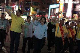 林右昌與蔡英文總統一同為水燈遊行揭開序幕(圖/基隆市政府提供)