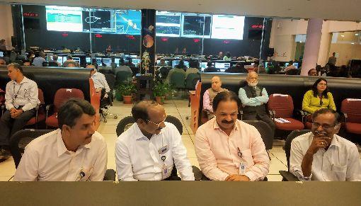 印度科學家遙控月球飛船二號朝向月球航道印度太空研究組織(ISRO)主席席萬(左2)14日與其他科學家在ISRO班加羅爾遙測、追蹤與指揮網路控制中心,指揮和操控「月球飛船二號」變換軌道朝向月球航道。(ISRO提供)中央社記者康世人新德里傳真 108年8月14日