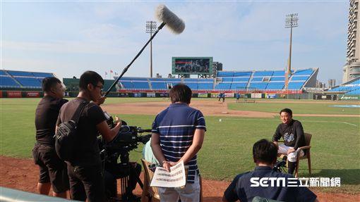 洪總接受日本媒體訪問。(圖/記者王怡翔攝影)
