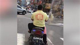 影片裡,前方車輛沒戴安全帽違規。(圖/翻攝自爆怨公社)