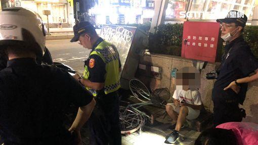 新北市捷運新莊站2號出口驚傳嚴重車禍(翻攝畫面)