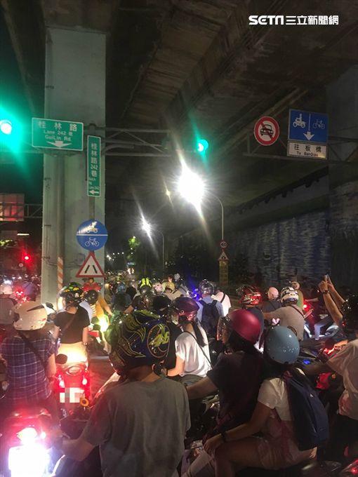 遊覽車開上機車道…騎士擠爆華江橋下 圖翻攝自我是萬華人臉書